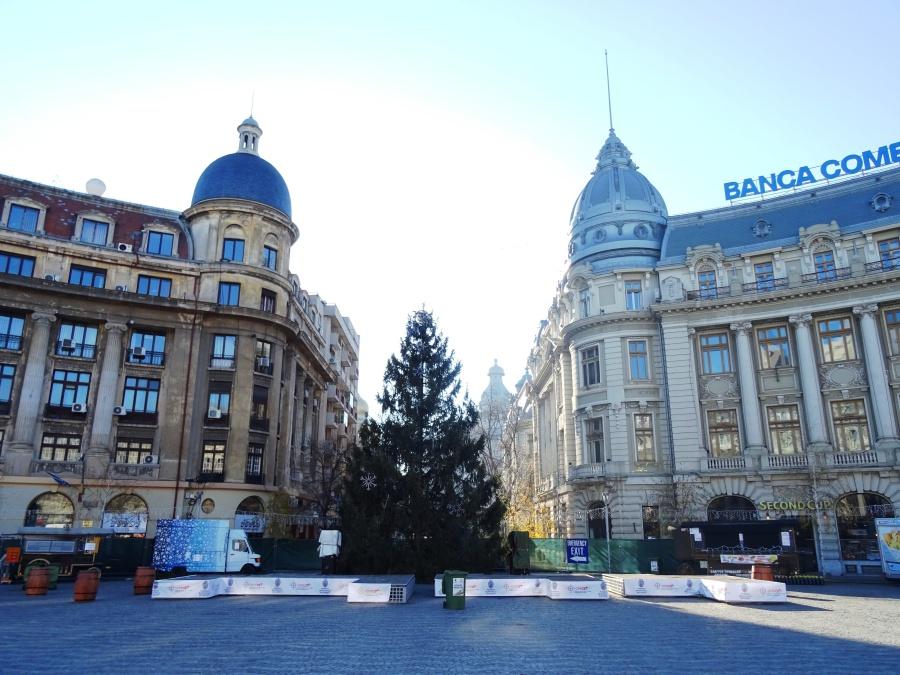 Plaza de Bulevardul Regina Elisabeta. / Bulevardul Regina Elisabeta's square.